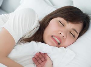 朝起きて顎周囲の疲労を感じたら就寝中に食いしばっているかもしれません